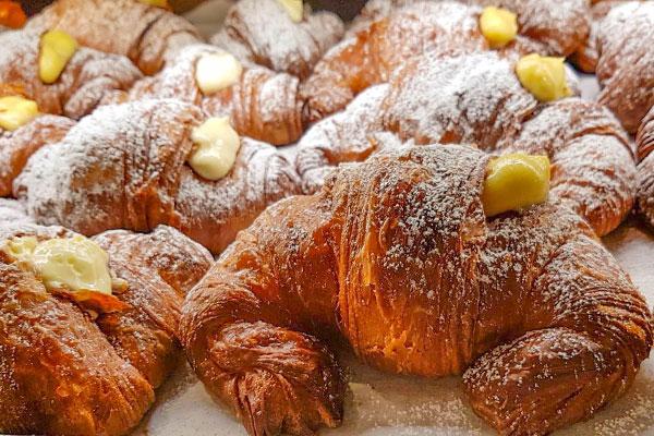 Cornetti e pezzi dolci per colazione